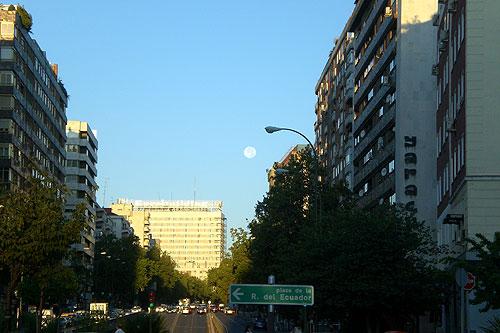 Luna. Calle Costa Rica. Madrid.