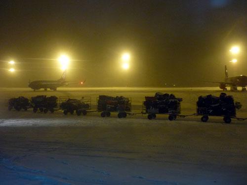 Maletas bajo la nieve. Aeropuerto de Bulgaria.
