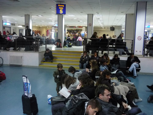 Pasajeros en espera. Puerta 5. Aeropuerto de Sofía. T1.
