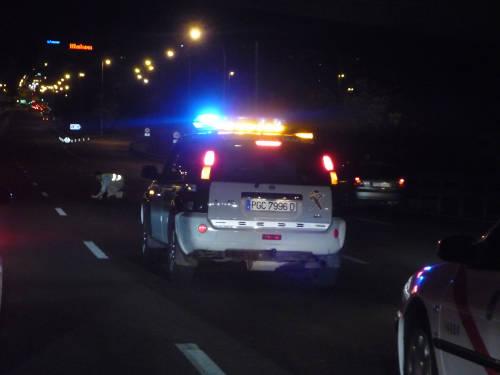 Hombre agachado en la A3. Delante del coche de la Guardia Civil.