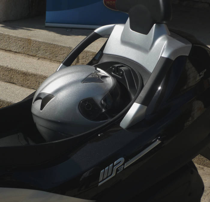Piaggio MP3 LT. Sin espacio para un casco integral.