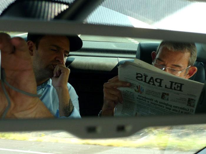 Enric González lee El País, mientras es conducido