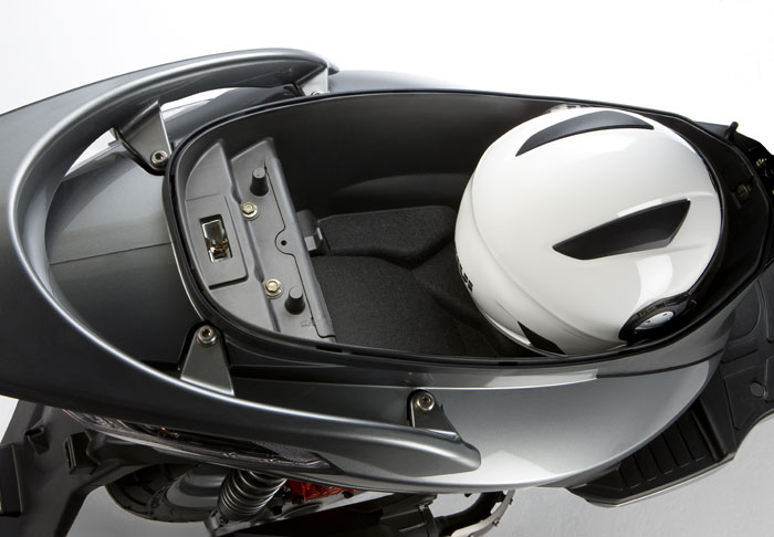 Kymco G5 125i. Espacio para el casco.