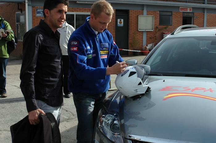 Mikko Hirvonen le firma el casco a Carlos Sastre