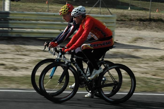 Hirvonen y Sastre en bicicleta. Circuito del Jarama.