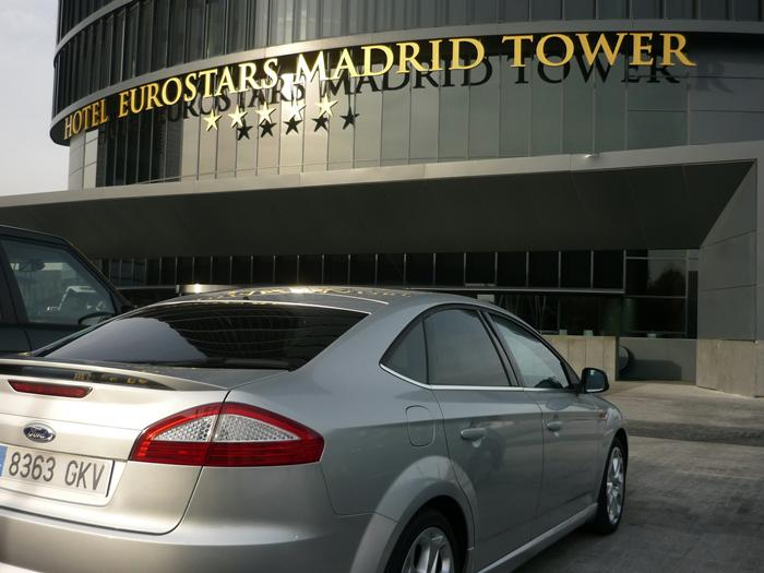 Ford Mondeo frente al hotel Eurostars Madrid tower