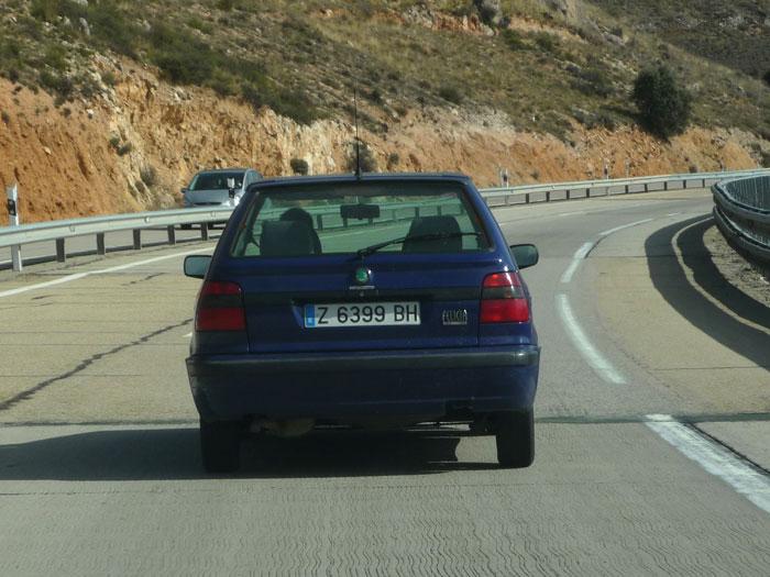 Z 6399 BH Skoda Felicia azul. Amortiguador reventado.