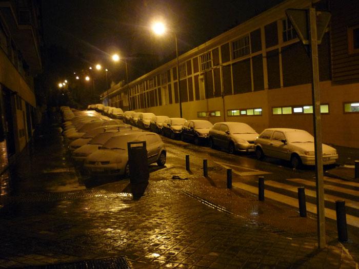 Nieve en Madrid sobre laos coches