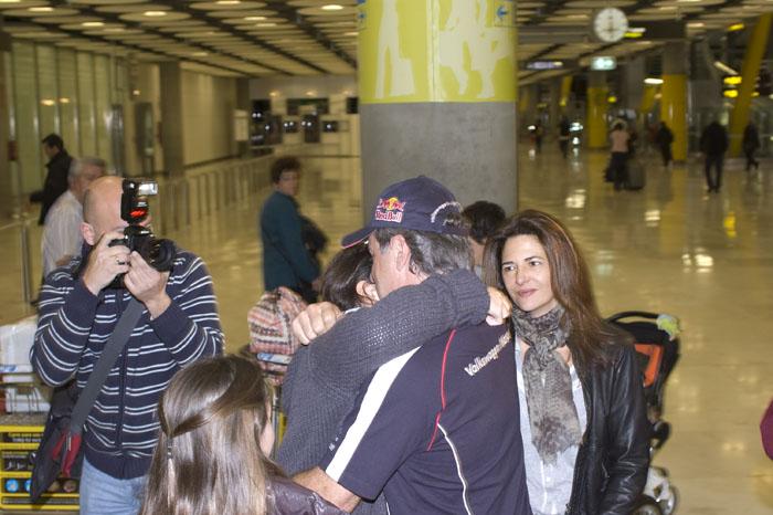 Carlos Sainz recibe el abrazo de su familia a su llegada a Madrid
