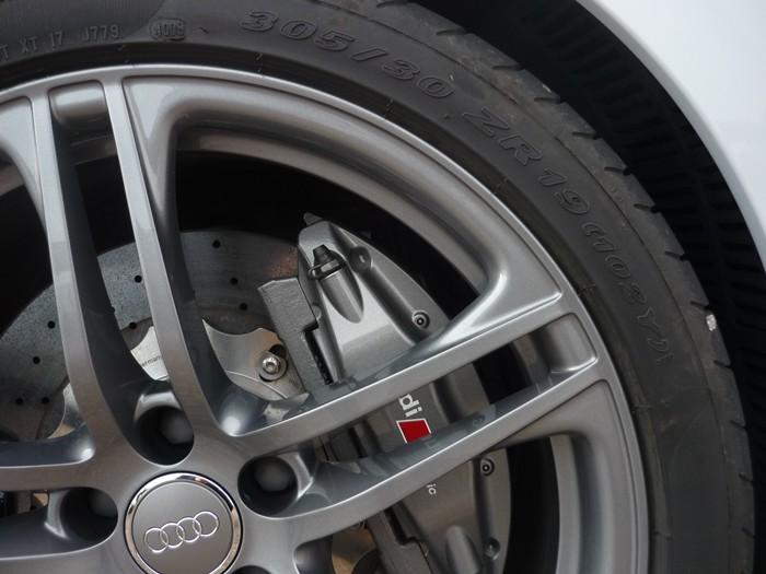 Neumáticos de perfil bajo y frenos de disco cerámicos