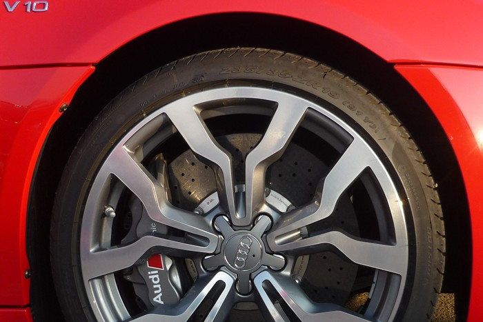 Inscripciones y perfil de la rueda delantera. Audi R8 Spyder