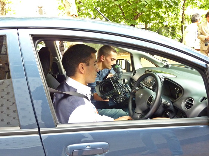 Marc Gené y las teles en el Peugeot iOn.