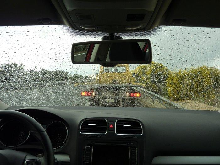 Por fin llueve y baja el calor. LLega la grúa del RACE