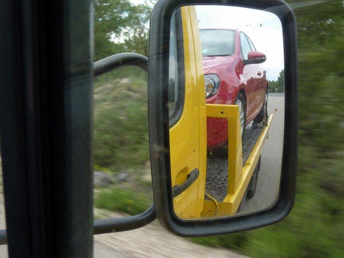 100.000 kilómetros. Volkswagen Golf subido en la grúa del RACE.