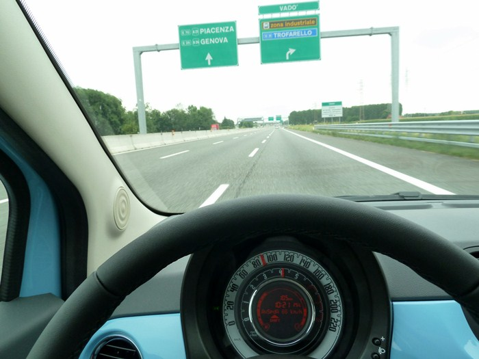 Fiat 500 twin air. Azul claro cha cha cha. En carretera alrededr de Turin