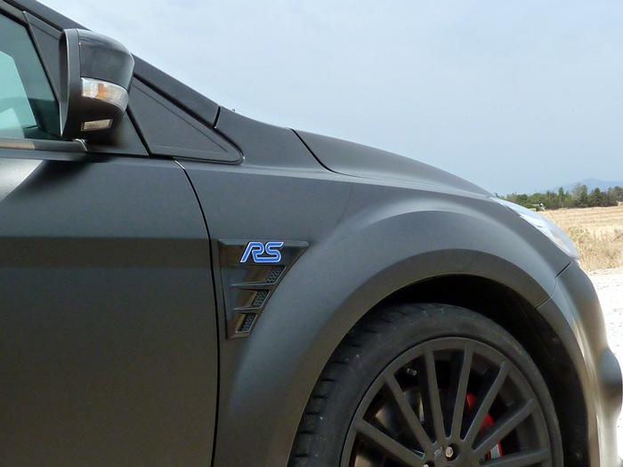 Ford Focus RS500. Aleta delantera con logotipo.