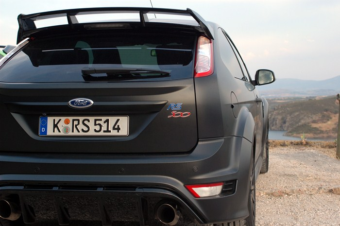 Ford Focus RS500. Vista trasera con logotipo.