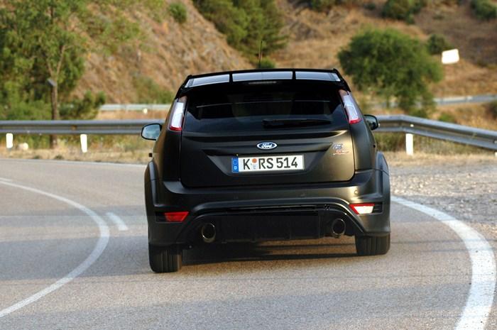 Ford Focus RS500. Vista trasera en curva.