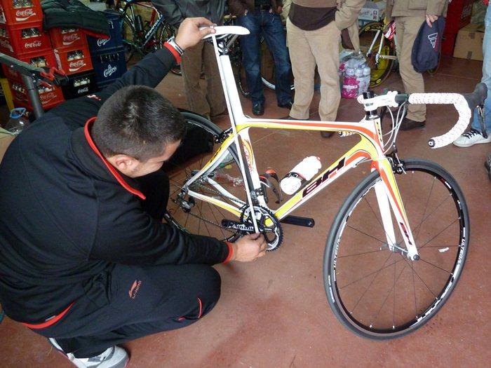 Ivan Millán, mecánico de la Federación Española de ciclismo mide la bicicleta.
