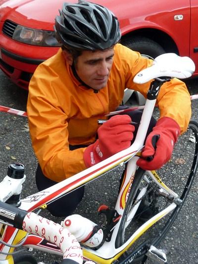 Miguel Indurain firma la bicicleta