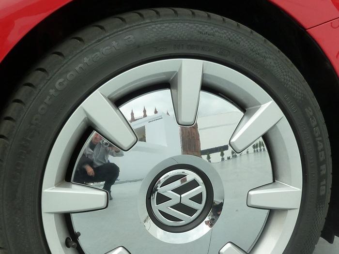 Neumático ancho en llanta de 18 pulgadas. Beetle 2012.