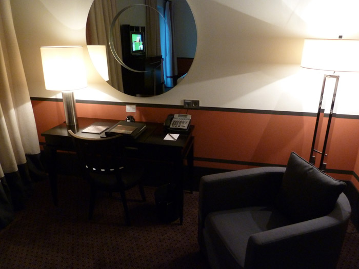 Hotel de Rome. Berlín. Habitación. Escritorio