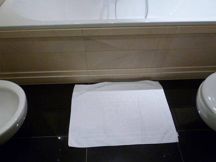 Hotel de Rome. Berlín. Toalla en el suelo del baño