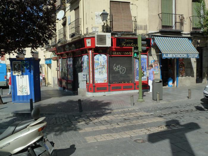 Adoquines. Madrid. Calle de Cuchilleros. Semáforo