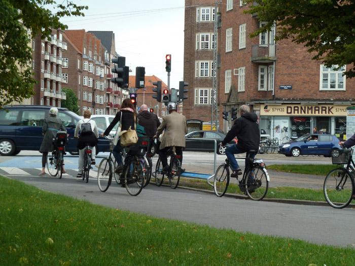 Copenhague. La gente cruzando la calle en bicicleta