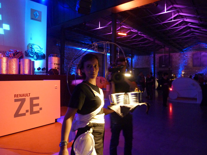 Renault Twizy. Exposición de arte. Camarera