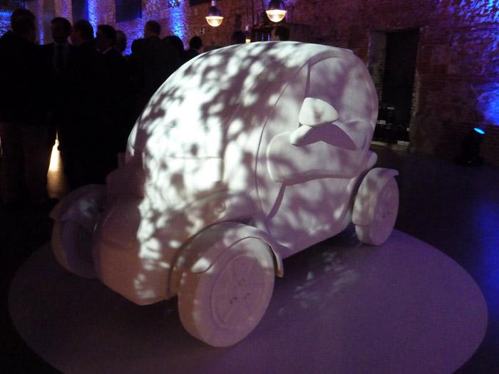 Renault Twizy. Exposición de arte. Juan Lozano. Un Twizy bajo la sombra de un árbol