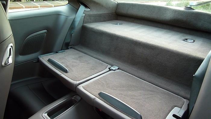 Porsche 911 Carrera S. Respaldo de los asientos posteriores plegado