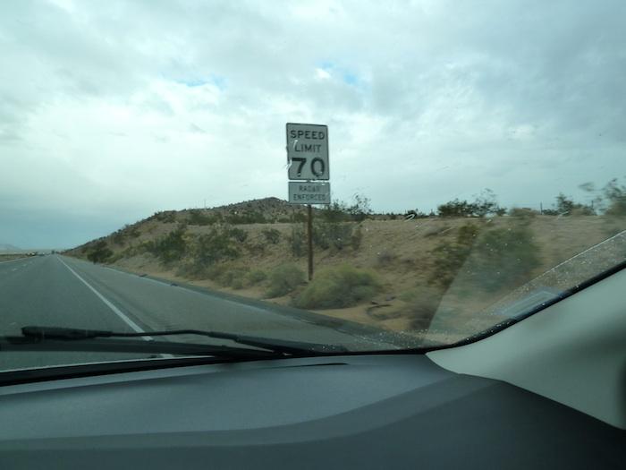 USA speed limit 70 mph. Límite de velocidad 70 mph