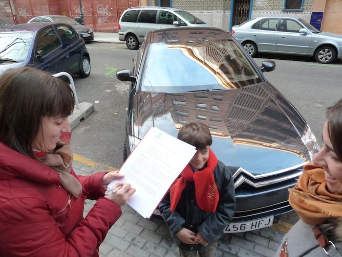 Momento de la firma con el coche al fondo