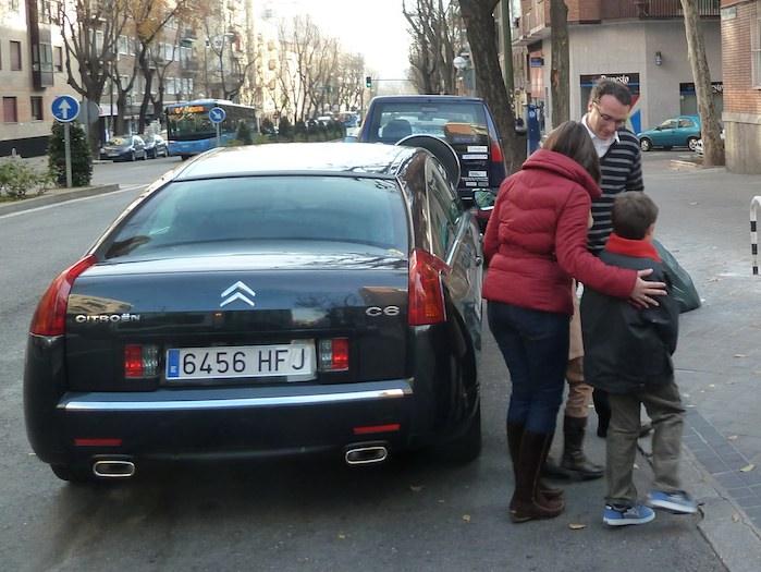 El chófer fotógrafo fotografía a la familia premiada justo antes de subir al coche