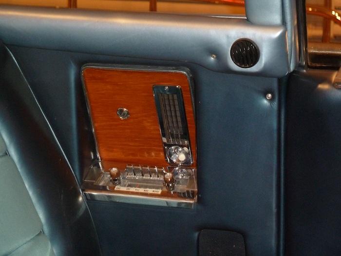 Radio posterior. Kennedy car.