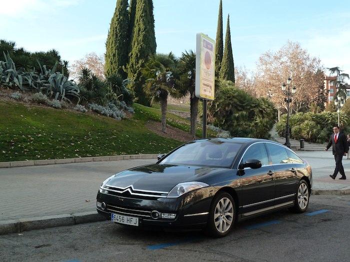 El coche espera a la vera del Templo de Debod, mientras la familia lo recorre al atardecer