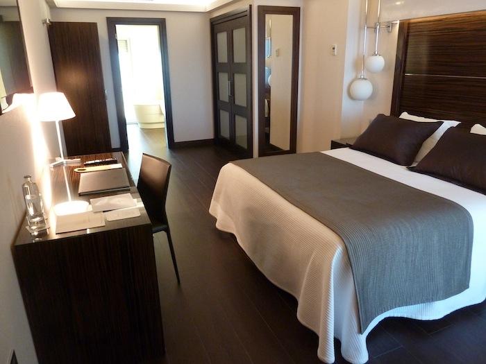 Habitación y cama. Hotel Vincci Benalmadena.