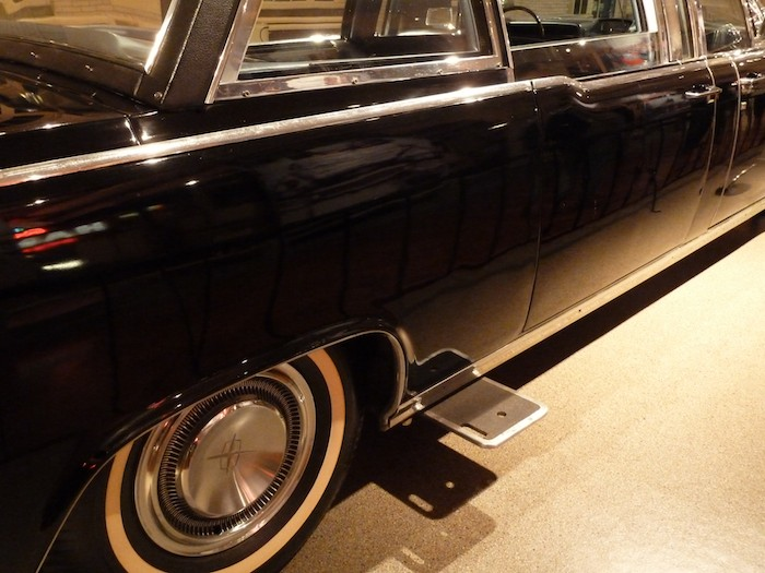 El coche Kennedy. Estribos laterales.