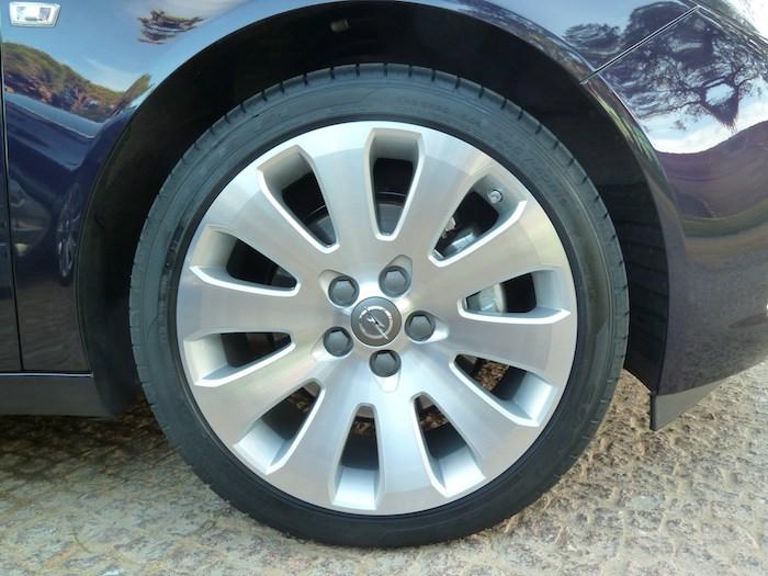 Opel Insignia. Tracción delantera. Neumático de 19 pulgadas.