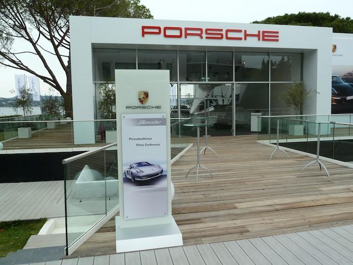Porsche Boxster 2012. Carpa para la rueda de prensa.