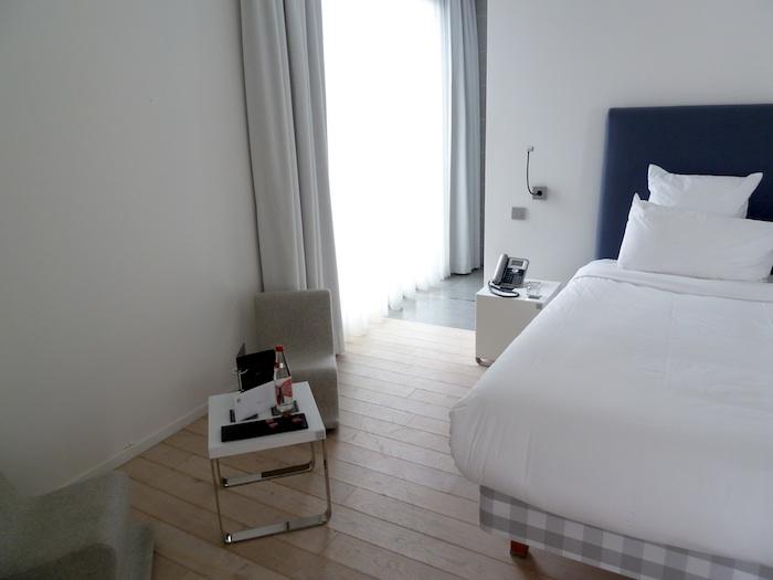 Hotel Kube. Saint Tropez. Habitacion 223. Recibimiento, con carta, agua y dulces.
