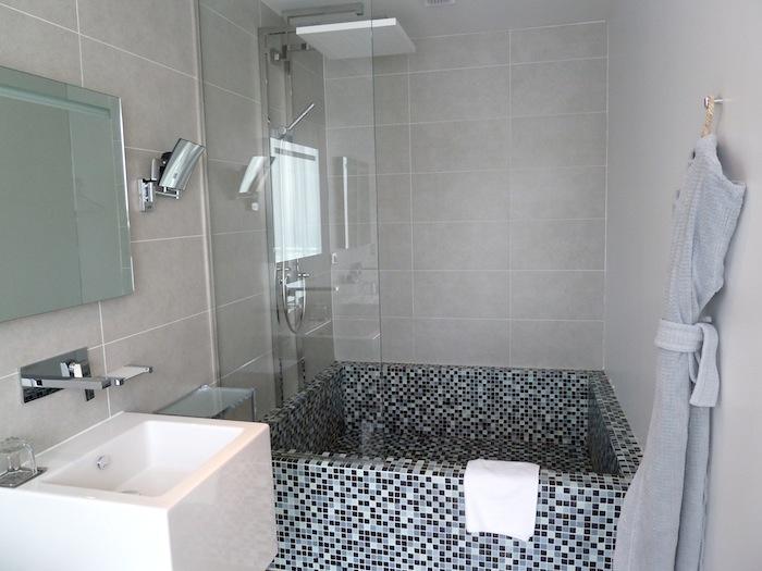 Hotel Kube. Saint Tropez. Bañera grande y cúbica.