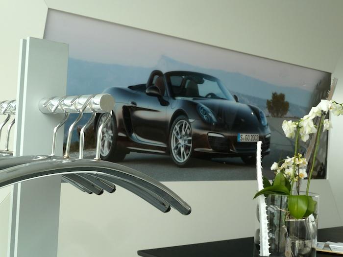 Presentación Porsche Boxster. Perchas y flores.