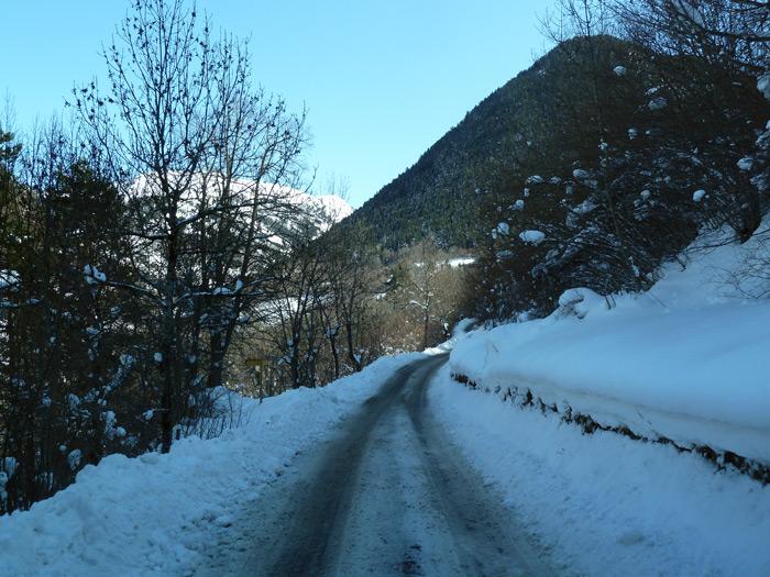 Las furgontes son par el esquí. Carretera nevada