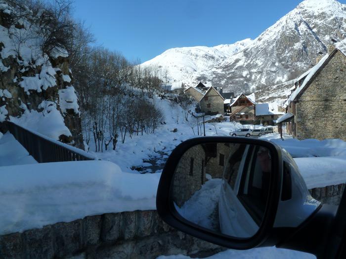 Las furgonetas son para el esquí. Pueblo nevado