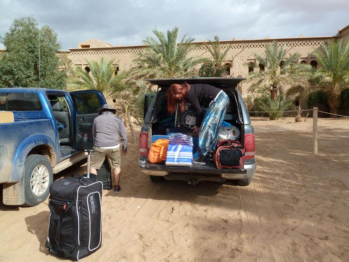 Marruecos. Ouzina. Ordenando el maletero