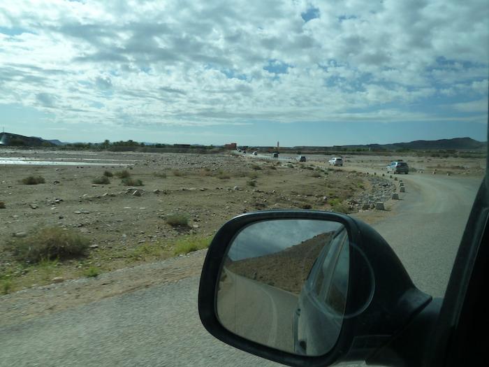 Caravana, carretera y cielo