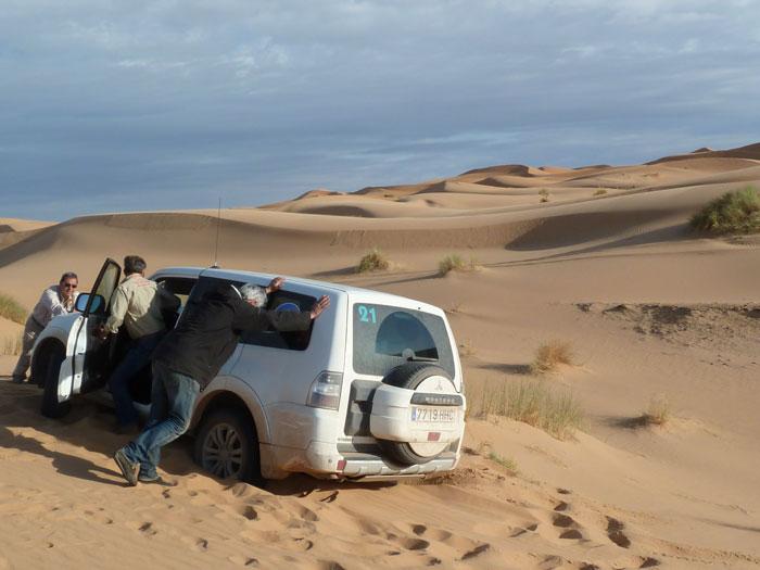 Mitsubishi Montero atrapado en la arena