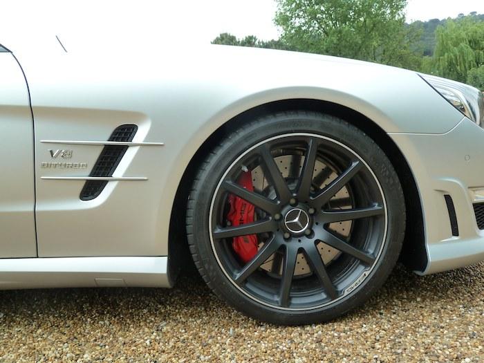 Mercedes-Benz SL. Llanta de 10 radios. Pintura gris.